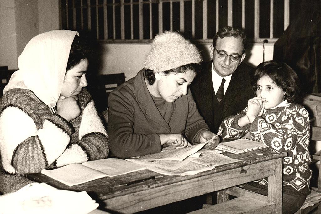 יצחק-נבון-עם-נשים-שקוראות-בעיתון-במסגרת-מבצע-ביעור-הבערות---צלם--יהודה-איזנשטרקop